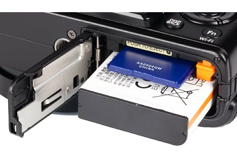 Bild Der Lithium-Ionen-Akku der Fujifilm X70 reicht für 330 Aufnahmen nach CIPA-Standard. Das SD-Kartenfach schluckt auch SDHC sowie SDXC-Karten und unterstützt den UHS-I-Standard. [Foto: MediaNord]