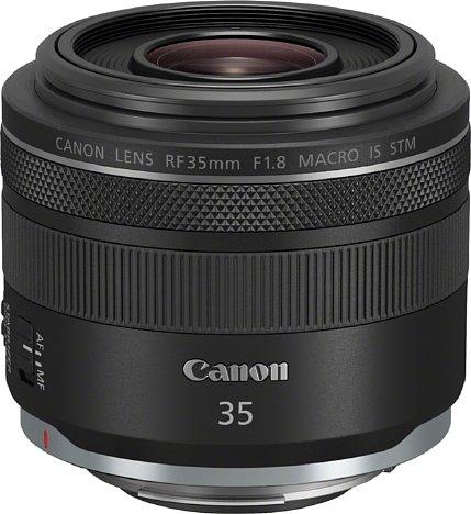 Bild Mit 74 Millimetern Durchmesser und einer Länge von 63 Millimetern ist das Canon RF 35 mm 1.8 IS STM das derzeit kompakteste Objektiv im noch jungen Canon-EOS-R-System. [Foto: Canon]