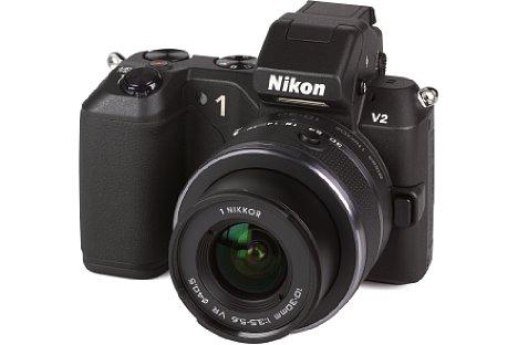 Bild Die Nikon 1 V2 war keine Schönheit, aber man erkennt den Versuch, die V-Linie des Nikon-1-Systems professioneller aussehen zu lassen. Sinnvollerweise hatte die 1 V2 einen eingebauten Aufklapp-Blitz. Die 1 V2 hatte statt 10 nun 14 Megapixel Auflösung. [Foto: MediaNord]