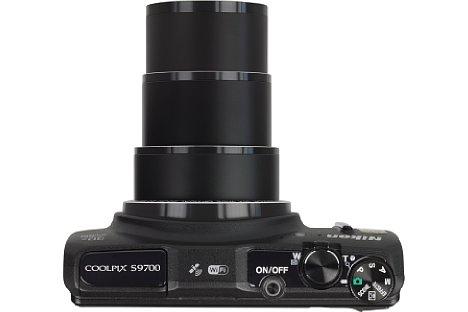 Bild In Telestellung fährt das Objektiv der Nikon Coolpix S9700 auf stattliche Länge aus. [Foto: MediaNord]