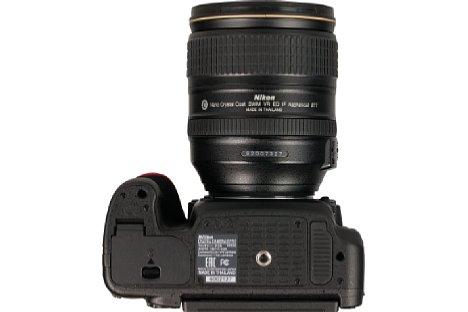 Bild Zwischen Objektiv und Handgriff bietet die Nikon D750 den Fingern mehr Platz, wodurch sie besser in der Hand liegt als beispielsweise die D610. [Foto: MediaNord]
