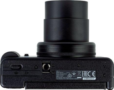 Bild Das Stativgewinde der Sony ZV-1 sitzt leider weit außerhalb der optischen Achse und direkt neben dem Akku- und Speicherkartenfach. [Foto: MediaNord]