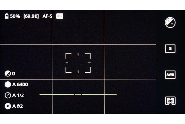 Bild Das Aufnahmedisplay der Zeiss ZX1 kann bis zu einem gewissen Grad angepasst werden (Gitterlinien). Um zu den Einstellungen zu gelangen, muss man auf der linke Seite nach oben wischen. [Foto: MediaNord]