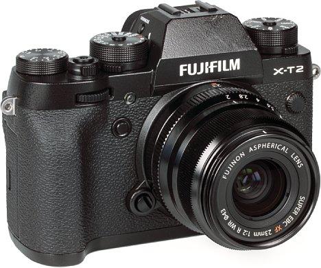 Bild An der Fujifilm X-T2 wirkt das XF 23 mm F2 R WR schon fast etwas fipsig. Aber dadurch bleibt die Kombination einigermaßen kompakt und wiegt trotz der robusten Gehäuse und des Wetterschutzes weniger als 700 Gramm. [Foto: MediaNord]