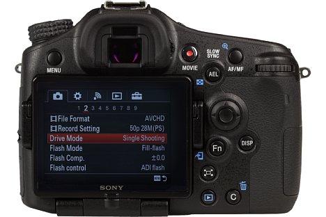 Bild Der rückwärtige Bildschirm der Sony Alpha SLT-A77 II ist in alle Richtungen dreh- und schwenkbar. [Foto: MediaNord]