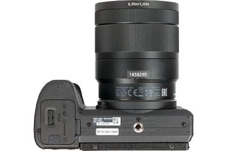 Bild Das Stativgewinde der Sony Alpha 6500 befindet sich in der optischen Achse und weist einigen Abstand zum Akkufach auf. [Foto: MediaNord]