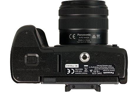 Bild Das Metallstativgewinde der Panasonic Lumix DMC-G70 sitzt ordnungsgemäß in der optischen Achse. Angesichts der schmalen Kamera wird das Akku- und Speicherkartenfach bei Stativverwendung aber leicht blockiert. [Foto: MediaNord]