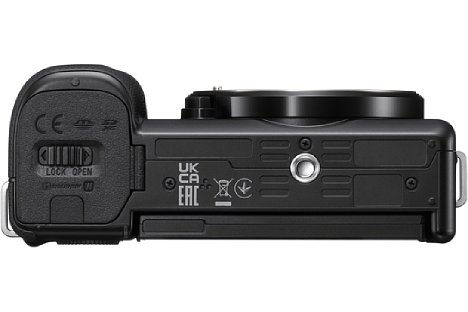 Bild Trotz der kompakten Abmessungen sitzt das Stativgewinde der Sony ZV-E10 in der optischen Achse. [Foto: Sony]