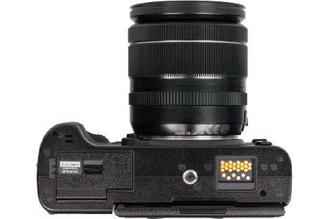 Bild Das Stativgewinde auf der Unterseite der Fujifilm X-T2 sitzt in der optischen Achse. Das Akkufach ist ausreichend weit davon entfernt. [Foto: MediaNord]