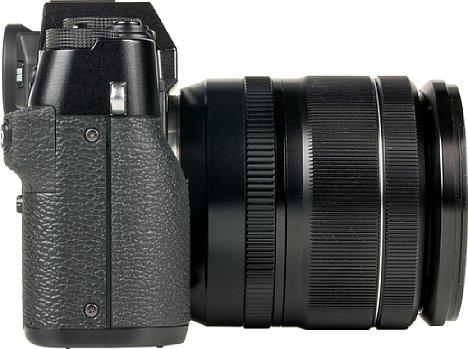 Bild Der Handgriff fällt bei der Fujifilm X-T30 zu Gunsten der Optik recht klein aus. Man kann ihn mit einem optionalen Zusatzgriff erweitern. [Foto: MediaNord]