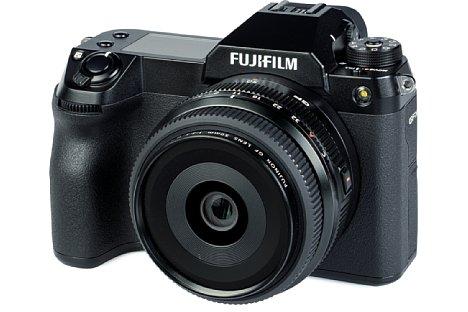 Bild Wer es besonders kompakt und leicht mag, sollte seine Fujifilm GFX100S mit dem GF 50 mm F3.5 R LM WR ergänzen. Die Kombination wiegt lediglich 1,25 Kilogramm. [Foto: MediaNord]