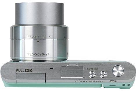 Bild In der Ansicht von oben sieht man, dass die Samsung NX mini mit nur rund zwei Zentimetern äußerst flach ausfällt. Durch die fehlende Griffmulde bietet sie der Hand allerdings wenig Halt. [Foto: MediaNord]