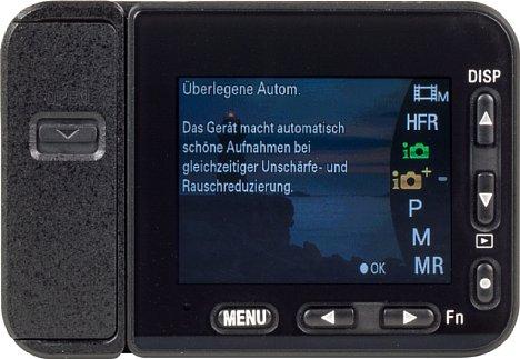 Bild Da die Sony DSC-RX0 II kein Programmwahlrad hat, muss selbst die Umschaltung z. B. von Foto auf Video mit mehreren Tastendrücken umständlich über den kleinen Bildschirm und die Richtungstasten gemacht werden. [Foto: MediaNord]