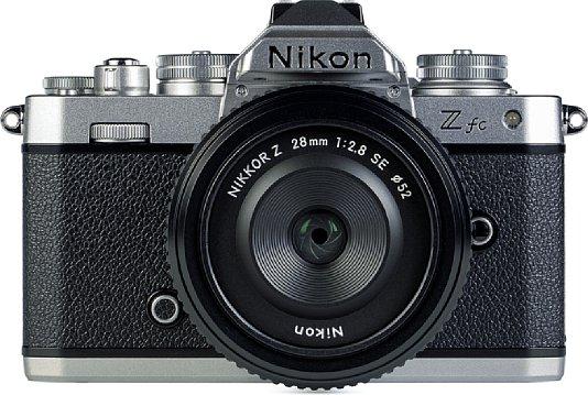 Bild Die Nikon Z fc ähnelt optisch ihrem Vorbild, der Nikon FM2, erstaunlich stark. Leider trifft das in keinster Weise auf die Verarbeitungsqualität zu. Immerhin wiegt sie betriebsbereit mit 28mm-Objektiv nur 600 Gramm. [Foto: MediaNord]
