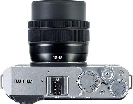 Bild Die Fujifilm X-E4 bietet klassische Einstellräder, wobei sich über das Belichtungszeitenrad auch die Programmautomatik aktivieren lässt. [Foto: MediaNord]