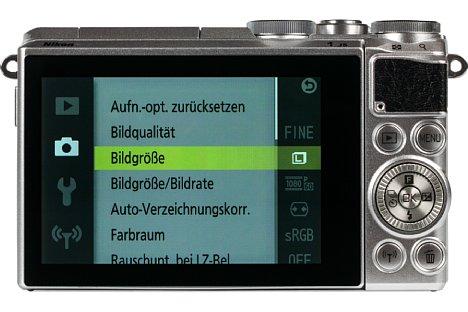 Bild Der rückwärtige 7,5-Zentimeter-Touchscreen der Nikon 1 J5 lässt sich um über 80 Grad nach unten und sogar um 180 Grad nach oben klappen. Selfies, Über-Kopf- und bodennahe Aufnahmen gelingen damit mühelos. [Foto: MediaNord]