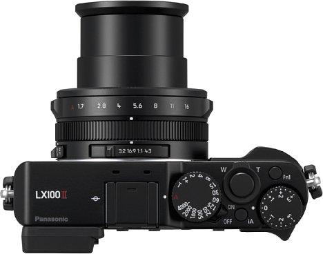 Bild Die Panasonic Lumix DC-LX100 II besitzt viele manuelle Bedienelemente, wie etwa das Belichtungszeitenrad, den Blendenring oder als Besonderheit den Wahlschalter für das Bildseitenverhältnis. [Foto: Panasonic]