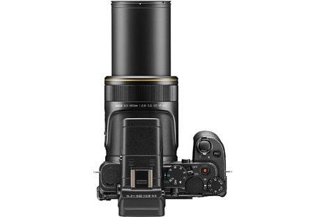 Bild Das beeindruckende Zoom der Nikon DL24-500 f/2.8-5.6 wird wahlweise über die ringförmige Wippe am Auslöser oder über die seitliche Zoomwippe gesteuert. [Foto: Nikon]