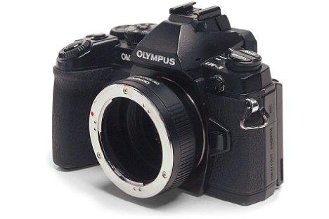 Bild Mit Hilfe des mechanischen Adapters Olympus MF-2 lassen sich alte Olympus-Objektive mit OM-Anschluss an spiegellose Systemkameras mit Micro-Four-Thirds-Bajonett, hier die OM-D E-M1, anschließen. [Foto: Stefan Meißner]