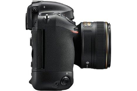 Bild Auch die Auflage für den Mittelfinger wurde bei der Nikon D4S für eine bessere Handhabbarkeit optimiert. [Foto: Nikon]