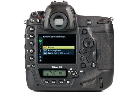 Bild Die Nikon D5 verfügt nicht nur über einen großen Spiegelreflexsucher, sondern auch über einen üppigen, fein auflösenden Touchscreen sowie über zwei Statusdisplays (eines auf der Oberseite). [Foto: MediaNord]