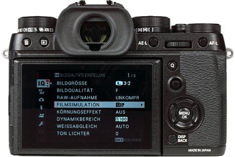 Bild Unter dem großen elektronischen Sucher bietet die Fujifilm X-T2 auf der Rückseite einen nach oben und unten sowie zur Seite schwenkbaren Bildschirm. [Foto: MediaNord]