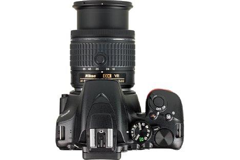 Bild Die Oberseite der Kamera wirkt trotz der Konzentration der Bedienelemente aufgeräumt. [Foto: MediaNord]