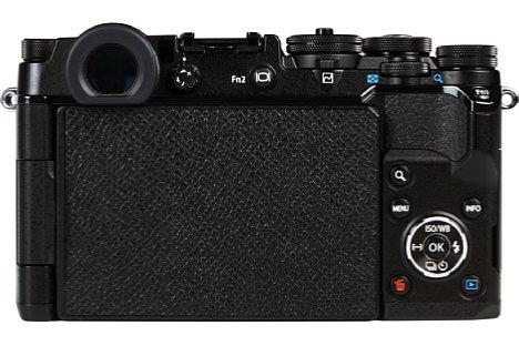 Bild Klappt man den Touchscreen der Olympus Pen-F verkehrt herum an, dann sieht sie fast wie eine alte Spiegelreflexkameras aus. [Foto: MediaNord]