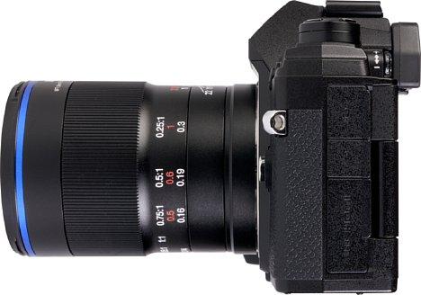 Bild Der breite Fokusring des Laowa 50 mm F2,8 Ultra Macroist mit Riffeln anstelle von einer Gummierung versehen. [Foto: MediaNord]