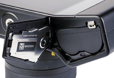 Bild Der große Lithium-Ionen-Akku der Zeiss ZX1 kann auf der Unterseite entnommen werden. Geladen wird er jedoch direkt in der Kamera via USB-C Power Delivery. [Foto: MediaNord]