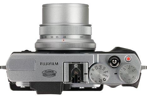 Bild Die Fujifilm X30 besitzt zahlreiche Drehräder und Tasten, wovon viele individuell belegbar sind. Insgesamt ermöglicht das Bedienkonzept ein flüssiges und unkompliziertes Arbeiten mit der X30. [Foto: MediaNord]