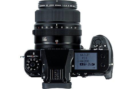 Bild Auf der Oberseite bietet die Fujifilm GFX100S ein großes, beleuchtetes, monochromes Status-LCD. [Foto: MediaNord]