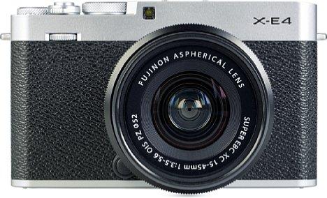 Bild Das sehr gut verarbeitete Gehäuse der Fujifilm X-E4 besteht im oberen und unteren Bereich (hier: Silber) aus Metall. Dazwischen befindet sich großzügig mit nicht besonders rutschfestem Gummi beklebter Kunststoff. [Foto: MediaNord]