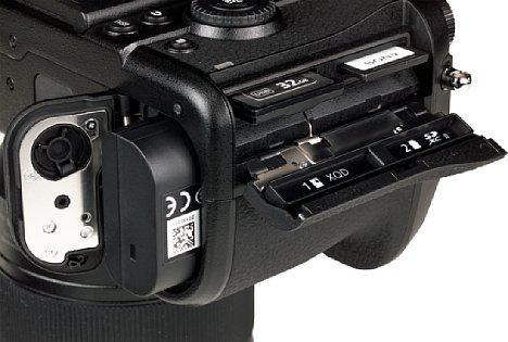 Bild Speicherkarten und Akku werden bei der Panasonic Lumix DC-S1R separat voneinander entnommen. Die Klappen besitzen jeweils eine Sicherung mittels Hebels beziehungsweise Schiebers. [Foto: MediaNord]
