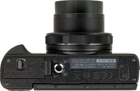 Bild Das Metallstativgewinde der Canon PowerShot G5 X Mark II sitzt viel zu dicht am Akku- und Speicherkartenfach und obendrein auch noch außerhalb der optischen Achse. [Foto: MediaNord]