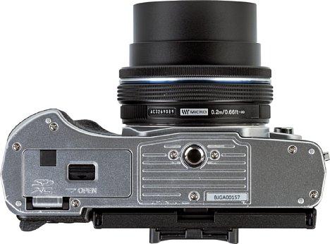 Bild Auf der Unterseite derOlympus OM-D E-M10 Mark IV ist zwar nicht viel los, aber immerhin gibt es die Akku- und Speicherkartenfachklappe (mit Kabeldurchführung) und das Stativgewinde in der optischen Achse zu sehen. [Foto: MediaNord]