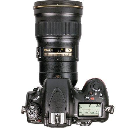 Bild Zwar fehlt eine Stativschelle im Lieferumfang des Nikon AF-S 300 mm 4 E PF ED VR, aber dank des geringe Gewichts ist das an einer Kamera wie der Nikon D800E weniger tragisch. [Foto: MediaNord]