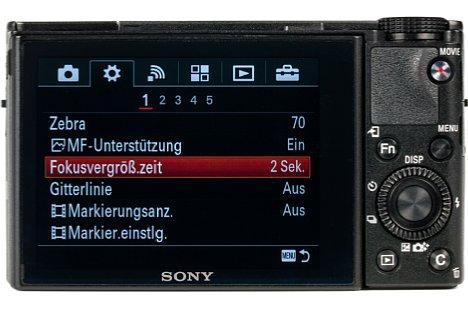 Bild Der 7,5-Zentimeter-Bildschirm nimmt den größten Platz auf der Rückseite der Sony DSC-RX100 IV ein. Da bleibt trotz der wenigen Bedienelemente kaum noch Platz für die Daumenauflage. [Foto: MediaNord]
