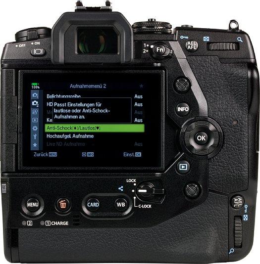Bild Der 7,6cm-Touchscreen der Olympus OM-D E-M1X lässt sich schwenlken und drehen. Der Sucher bitet mit 0,84-fach die höchste Vergrößerung am Markt, löst aber zu Gunsten der Geschwindigkeit nur 2,36 Millionen Bildpunkte auf. [Foto: MediaNord]