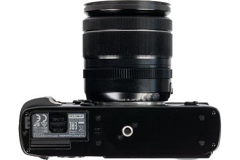 Bild Das Metallstativgewinde der Fujifilm X-Pro2 sitzt selbstverständlich in der optischen Achse. Kleine Stativwechselplatten lassen sogar den Zugang zum Akkufach frei. [Foto: Fujifilm]