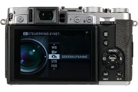 Bild Das drei Zoll große Display der Fujifilm X30 kann nach oben und unten geklappt werden. Ergänzt wird es von einem hervorragenden elektronischen Sucher. [Foto: MediaNord]