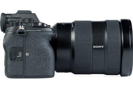Bild Dank drei Zentimetern Grifftiefe und Aussparung für den Mittelfingern bietet die Sony Alpha 1 einen sehr ergonomischen Handgriff. [Foto: MediaNord]