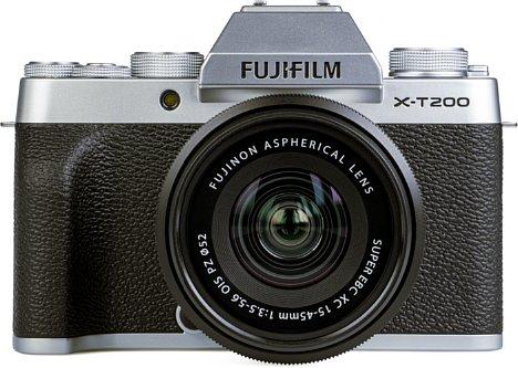 Bild Die Frontseite der Fujifilm X-T200 ist mit einer griffigen Gummierung versehen. [Foto: MediaNord]
