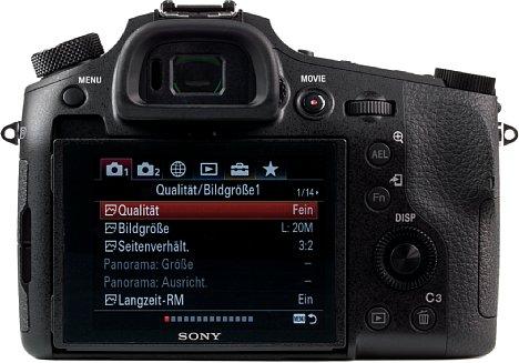 Bild Auf der Rückseite ist die Sony DSC-RX10 IV mit einem sehr hellen, klappbaren Touchscreen ausgestattet, bietet aber auch einen großen, hochauflösenden elektronischen Sucher. [Foto: MediaNord]