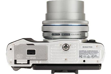 Bild Das Stativgewinde der Olympus OM-D E-M10 Mark II sitzt in der optischen Achse, allerdings damit bei der recht kompakten Kamera auch recht nah am Akku- und Speicherkartenfach. [Foto: MediaNord]