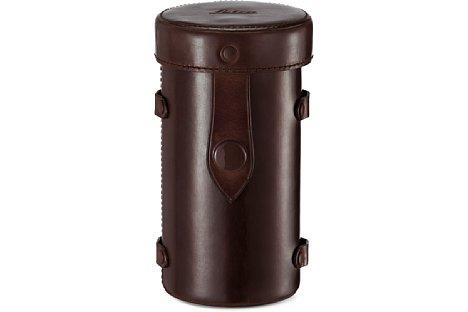 Bild Ein vintage-brauner Hartlederköcher gehört beim Leica Thambar-M 1:2,2/90 zum Lieferumfang. [Foto: Leica]