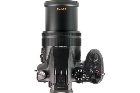 Bild Das Zoom der Lumix DMC-FZ2000 spielt sich im Tubus der Kamera ab. Die Auszugslänge verändert dadurch beim Zoomen und Fokussieren nicht mehr. [Foto: MediaNord]