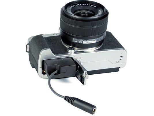 Bild Die Fujifilm X-T200 kann zwar über USB geladen, aber nicht dauerhaft mit Strom versorgt werden. Hierzu muss das Akku durch den optionalen Fujifilm CP-W126 Gleichstromkuppler ersetzt und ein externes 9V-Netzteil angeschlossen werden. [Foto: MediaNord]