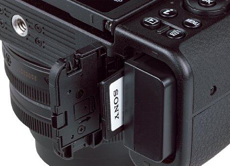 Bild Das Akku- und Speicherkartenfach der Nikon Z 50 lässt sich auch mit angesetzter Stativ-Schnellwechselplatte problemlos öffnen. Etwa 300 Aufnahmen schafft die Z 50 nach CIPA-Standard mit dem 1.120 mAh fassenden Li-Ion-Akku. [Foto: MediaNord]