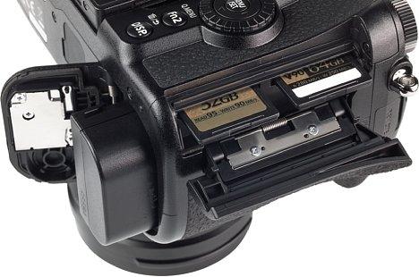 Bild Beide SD-Speicherkartensteckplätze der Panasonic Lumix DC-G9 sind zu SDHC und SDXC kompatibel und unterstützen UHS II. Dafür ist die Schreibgeschwindigkeit mit 106 MB/s allerdinmgs nicht allzu hoch. [Foto: MediaNord]
